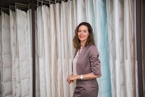 """Christa Schneider-Paier: """"Wir haben ein Klasseprodukt, das in Design und Haptik betört und bewegt. Damit fängt jeder Mitarbeiter Feuer, das er weitergibt.""""vn/Steurer"""