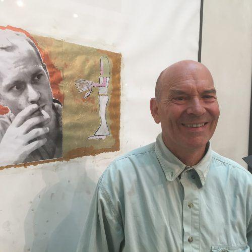Christoph Lissy vor einem seiner Exponate. Im Hintergrund sieht man den Engel, dem er begegnete. VN/Kuster