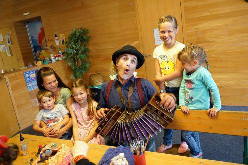 Clown Pompo sorgte mit lustigen Einlagen für gute Stimmung bei den Kindern.