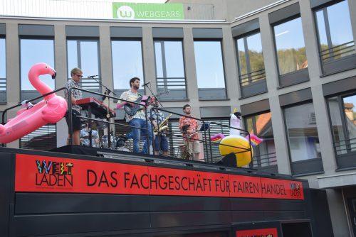 Dabado beschallte das Publikum vom Dach des Weltladens aus.veronika hotz