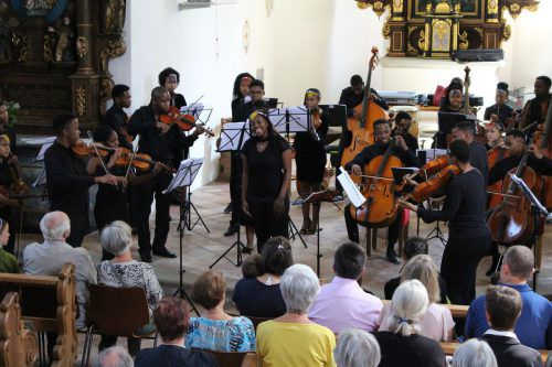 Das Bochabela String Orchestra begeisterte das Publikum in der kleinen Kirche von St. Corneli. Heilmann