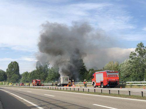 Das Fahrzeug brannte trotz Feuerwehreinsatz völlig aus. kapo