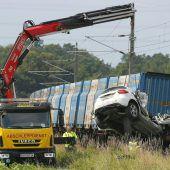 Güterzug kollidiert mit Pkw: Zwei Todesopfer