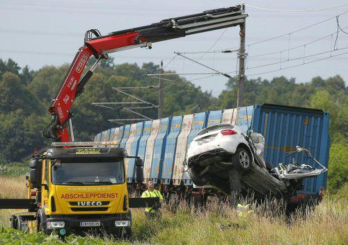Das Fahrzeug dürfte trotz der roten Ampellichter auf die Gleise gefahren sein. APA