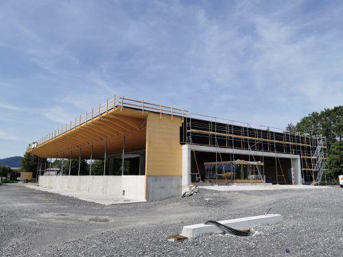 Das Holztragwerk und das Dach sind fertiggestellt, auch das Bürgerbüro im Ein- bzw. Ausfahrtsbereich nimmt Formen an. regio