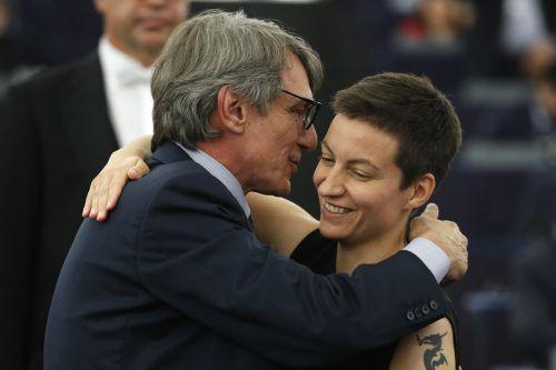 David-Maria Sassoli umarmt die deutsche Spitzenkandidatin der Grünen, Ska Keller, gegen die er sich durchgesetzt hat. ap