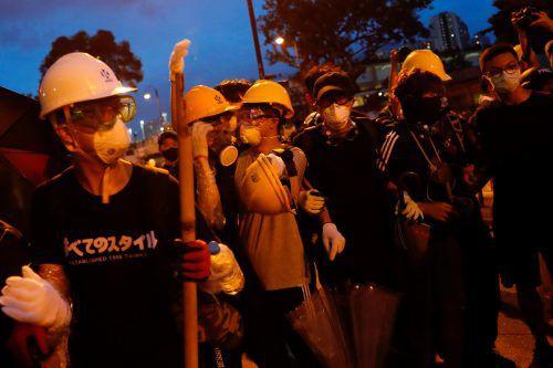 Demonstranten tragen Helme, um sich vor Polizeigewalt zu schützen.RTS