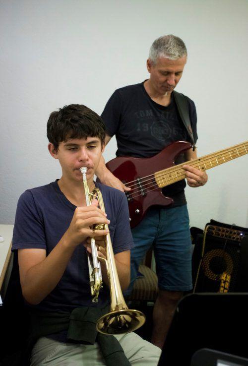 Den Musik-Profis gelingt es, die unterschiedlichen Interessen der Jugendlichen unter einen Hut zu bekommen. VN/Paulitsch