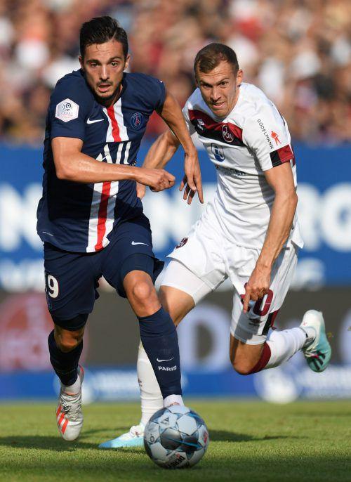Der Alberschwender Lukas Jäger (r.) im Dress des FC Nürnberg im Laufduell mit dem spanischen Mittelfeldstar Pablo Sarabia von Paris Saint-Germain.Afp