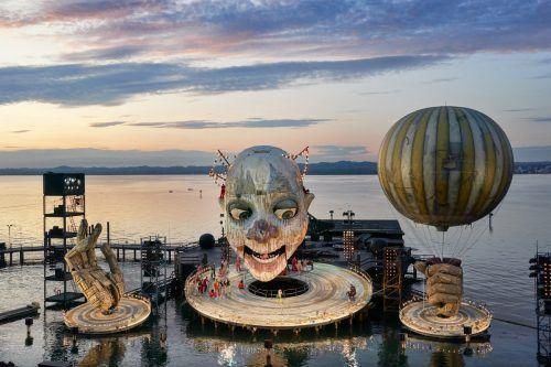 """Der bewegbare Clownskopf für """"Rigoletto"""" auf dem See entwickelt sich zum faszinierenden Szenenbild. BF/Köhler"""