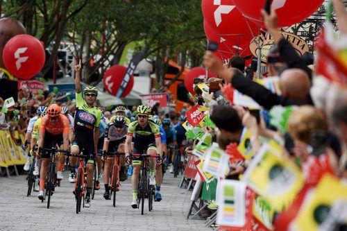 Der Italiener Giovanni Visconti (Mitte) setzte sich im Schlusssprint gegen knapp 50 Fahrer durch. Platz zwei ging an Team-Vorarlberg-Fahrer Colin Stüssi (r.).Team Santic Vorarlberg