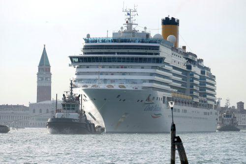 """Der Kreuzfahrtriese """"Costa Deliziosa"""" legte in der Lagune nahe dem Markusplatz an. reuters"""