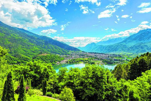 Der Lago di Levico ist wunderschön in die Natur des Trentino eingebettet.