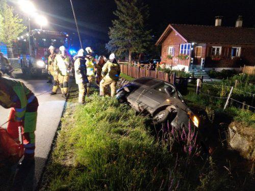 Der Lenker des verunfallten Pkw blieb laut Polizei unverletzt.Feuerwehr Frastanz