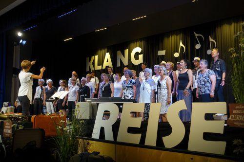 Der Männer- und Frauenchor überzeugte mit Begeisterung auf der Bühne. SG