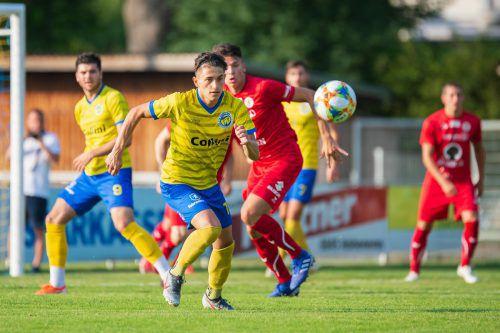 Der VfB (im gelben Dress) zeigte Dornbirn gleich einmal die Grenzen auf.stiplovsek