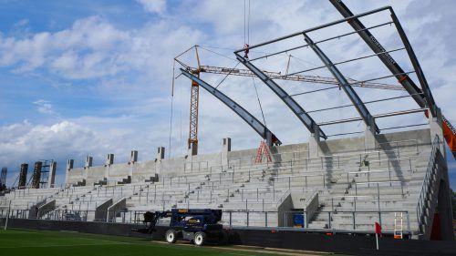 Die Arbeiten an der Dachkonstruktion der neuen Nordtribüne des Schnabelholzstadions laufen derzeit auf Hochtouren. Egle
