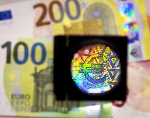 Die Ausstattung der Euro-Scheine mit neuen Sicherheitsmerkmalen zahlt sich aus: Die Menge gefälschter Banknoten geht tendenziell zurück. ap