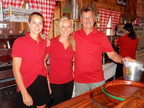 Die Bar-Crew vom Austrian House hat alles im Griff und sorgt für das leibliche Wohl der Gäste.