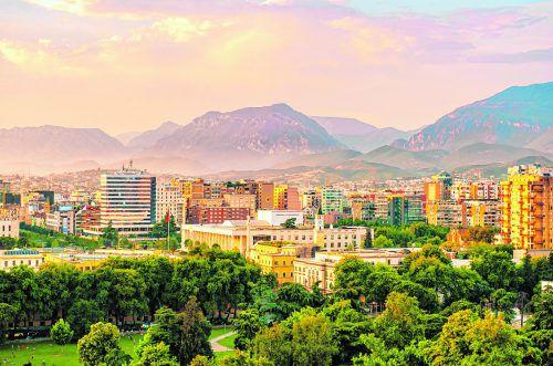 Die Einwohnerzahl Tiranas hat sich in den letzten Jahren verdoppelt.