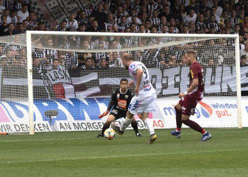Die endgültige Entscheidung in Linz: LASK-Stürmer Joao Klauss überwindet Altachs Besten, Torhüter Martin Kobras, und trifft zum 2:0-Endstand.gepa
