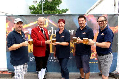 """Die Lochauer Musikanten laden Jung und Alt zum traditionellen dreitägigen """"Lochauer Dorffest"""" in die überdachte Open-Air-Arena im Schulhof. bms"""