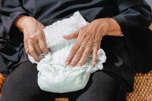 Die Pensionistin soll ihren Junior sogar mit Windeln malträtiert haben, die sie vor seine Türe warf. symbol