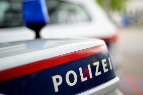 Die Polizei geht von einem Angriff gegen den Hals aus. Das 21-jährige Opfer konnte reanimiert und ins Landeskrankenhaus Feldkirch eingeliefert werden. APA