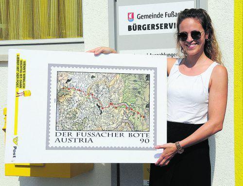 """Die Post hat in Fußach Tradition: Verena Hagen, Büroleiterin im Gemeindeamt, mit der Sondermarke zum Jubiläum des """"Fußacher Boten"""". AJK"""