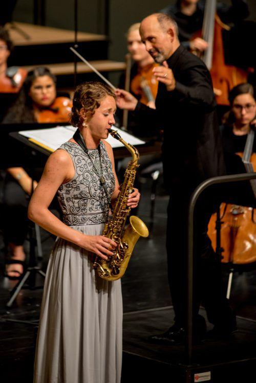 Die Saxophonistin Ayleen Weber mit Dirigent Benjamin Lack. VICTOR Marin