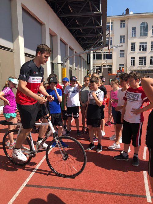 Die Schüler staunten nicht schlecht über die Tricks der Radballprofis beim Union Sporttag.rv dornbirn