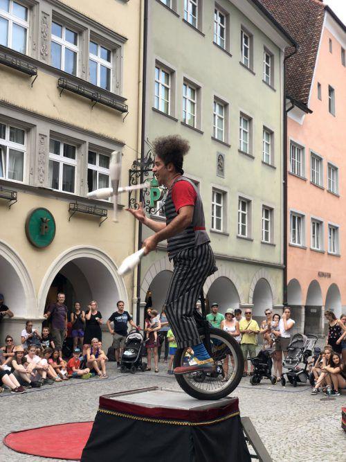 Die Stadt als Bühne – Straßenkünstler sorgen in Feldkirch für ein begeistertes Publikum. Musik, Akrobatik und vor allem viel Spaß werden geboten. VN/Schweigkofler