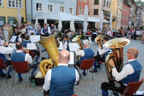Die Stadtmusik spielte in der Neustadt beim Restaurant Dogana auf. heilmann