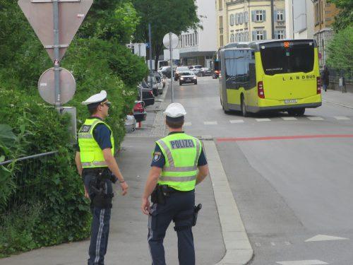 Die Stadtpolizei ist derzeit noch aufklärend im Einsatz. Strafmandate werden noch nicht erteilt.
