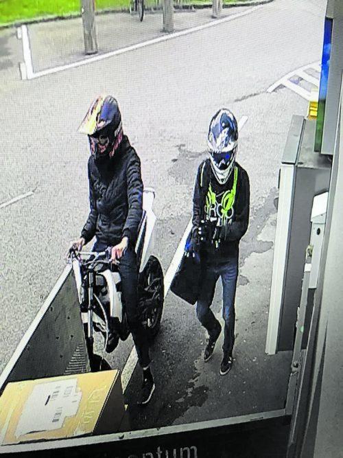 Die Überwachungskamera der Trafik hielt die beiden Täter unmittelbar vor ihrem Coup fest, sie kamen nicht weit.POLIZEI