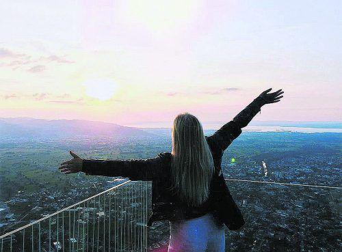 Diese Finnin genießt die untergehende Sonneauf der Bergstation des Dornbirner Karrens,die sie am Dienstag gemeinsam mit ihrerGruppe besuchte.