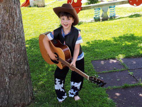 Dieser Cowboy ist schon bereit für die Bühne.