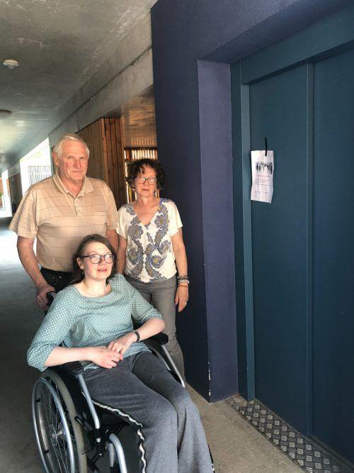 Eduard und Angelika Walser mit Tochter Regina. Ohne Festnetz funktioniert der Lift nicht. VN/gms