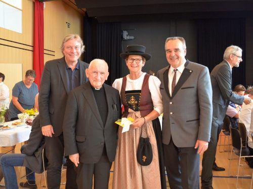 Ehrengäste Walter Lingg, Pfarrer Pius Fäßler, Sulzberger Bürgermeister Helmut Blank und Herlinde. mam