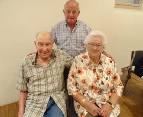 Ehrenobmann Walter Witzemann (hinten) mit den Ehrenmitgliedern Karl Waibel und Fini Thurnher. tf