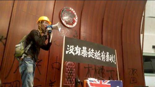 Ein Demonstrant im Inneren des Gebäudes. Reuters/Campus TV HKUSU