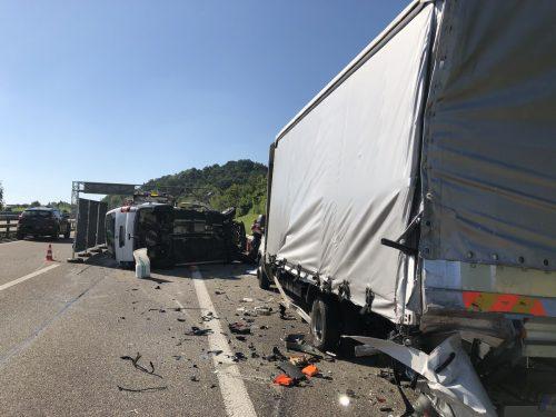 Ein Mitfahrer im Kleinbus wurde beim Unfall auf der A 1 bei Gossau tödlich verletzt, zwei weitere Beteiligte mussten ins Spital gebracht werden. kapo