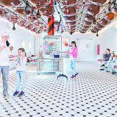 """<p class=""""infozeile"""">               eine welt voller schokolade in maestrani's chocolarium              </p><p class=""""infozeile"""">Maestrani's Chocolarium in Flawil bei St. Gallen ist die einzige Schweizer Schokoladenfabrik, die Besucher ins Herzstück der Produktion eintreten lässt – und ihnen dabei verrät, wie das Glück in die Schokolade kommt. Hier begibt man sich auf eine süße Reise - inklusive Einblick in die Live-Produktion. Naschen selbstverständlich erwünscht. Auf die kleinen Schocki-Fans wartet """"Globis Schoggierlebnis"""" – die berühmte Schweizer Kinderfigur erklärt den Kindern auf spielerische Weise die Schokoladenherstellung. Im großen Schoggi-Shop kann Süßes nach Herzenslust eingekauft werden.</p>"""