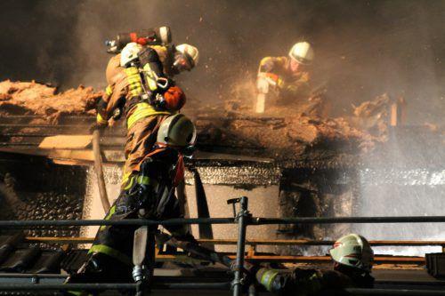 Einsätze auf Dächern sind heikel. Mit einem Übungsdach sollen das Sichern und effizientes Arbeiten trainiert werden. vol.at/Rauch