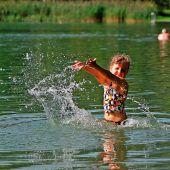 """<p class=""""infozeile"""">               eintauchen in die natur im              </p><p class=""""infozeile"""">               Naturbad untere Au in Frastanz             </p><p class=""""infozeile"""">Das Naturbad in Frastanz hat alles, was zu einem unbeschwerten Familien-Badetag gehört: einen 16.000 Quadratmeter großen Badesee mit ausgezeichneter Wasserqualität, Kinderbereiche mit Sandstrand, Schwimmstege, Sprungturm, 40 Meter lange Seilbahnrutsche, Kinderspielplatz, Beachvolleyballplatz, Schlauchbootverleih, Kneippanlage und Slackline-Park. Das Wasser wird aus dem Grundwasserstrom des Walgaus gespeist und regelmäßig kontrolliert. Nach dem Badespaß bieten die Liegewiesen viel Platz zur Entspannung. Wunderbar """"abhängen"""" können die Badegäste in den Hängematten.</p>"""