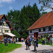 """<p class=""""infozeile"""">               eintauchen in Geschichte und              </p><p class=""""infozeile"""">               Bäuerliche Welten in wolfegg             </p><p class=""""infozeile"""">16 historische Museumshäuser sind das Herzstück des Bauernhaus-Museums Allgäu-Oberschwaben in Wolfegg. Seit über 40 Jahren ist das Museum ein lebendiger Ort mit vielfältigen Veranstaltungen, wie etwa dem Museumsfest am letzten August-Wochenende oder dem großen Eseltreffen im September. In den Schulferien ziehen die Ferienprogramme mit Angeboten für Kopf, Herz und Hand Kinder verschiedener Altersgruppen an (immer Dienstag und Donnerstag). Jeden Samstag locken die Angebote im Rahmen der neuen Familiensamstage die Besucher in das Bauernhaus-Museum in Wolfegg.</p>"""