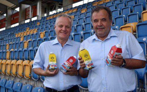 Werner Gunz (l.) und Peter Pfanner mit den Bayern- und BVB-Eistees.FA