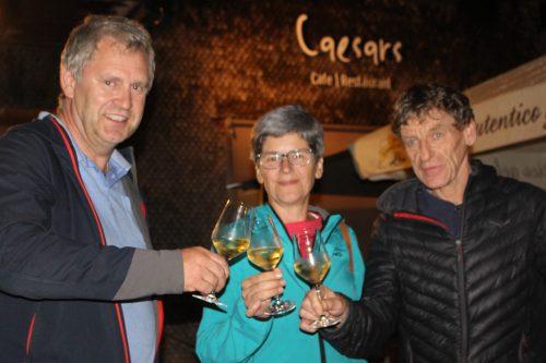 Elisabeth Berlinger stößt mit den Käsklatsch-Wirten Lothar und Caesar auf den 23. Käsesommer an. Bis Ende August geht es jeden Donnerstag wieder rund.