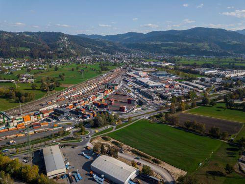 Wird im Güterverkehrskonzept des Landes Vorarlberg auf jeden Fall eine zentrale Rolle spielen: der Terminal Wolfurt samt Binnenzollamt. VN/Paulitsch