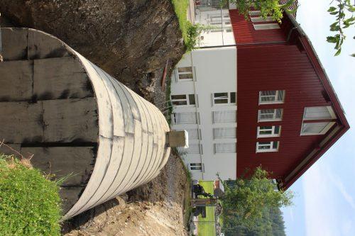 Auch die Ernte aus dem Gemeinschaftsgarten kann künftig in Vorarlbergs größtem Erdkeller gelagert werden. Handwerk der besonderen Art: Gartenfreunde Bezau-Reuthe präsentieren bei der Handwerksausstellung den Erdkeller und bieten einen Kurs an.STRAUSS